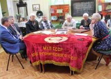 Ветераны секретного военного завода «К-4» подарили челябинскому архиву легендарную «сталинскую» папку