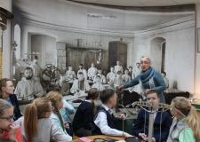 Школьники на интерактивном уроке в архиве